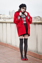 red vintage coat - black H&M hat - black vintage sunglasses - black Alice jumper