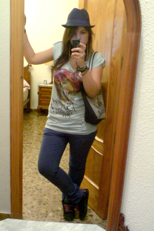 Bershka t-shirt - Zara pants - H&M hat - Vans shoes - purse