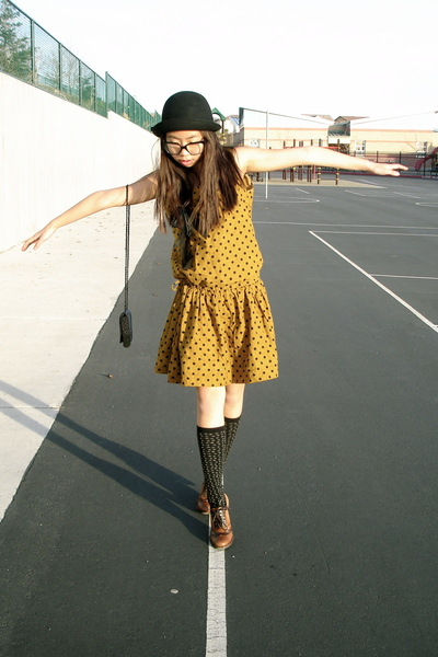 http://images2.chictopia.com/photos/marjul/8448406417/gold-vintage-dress-black-vintage-purse-black-urban-outfitters-hat-brown-ma_400.jpg
