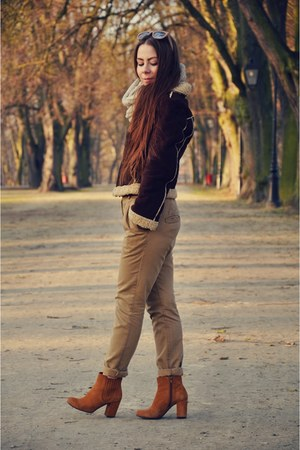 dark brown jacket - bronze boots - camel pants