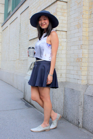 navy La Merceria hat - heather gray vintage bag - white unknown t-shirt