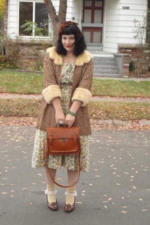 tan dress - dark brown hat - tawny bag