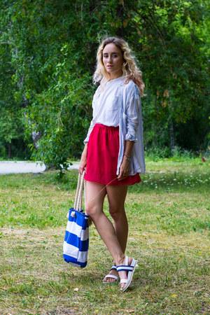 white shirt - blue bag - white t-shirt