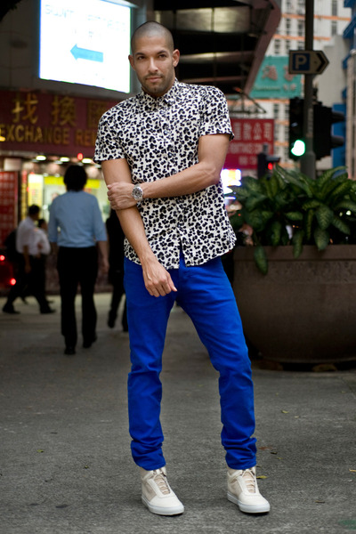 white 21 MEN shirt - blue colored jeans H&M jeans