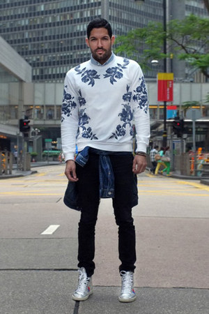 white floral print Zara jumper - black black jeans acne jeans