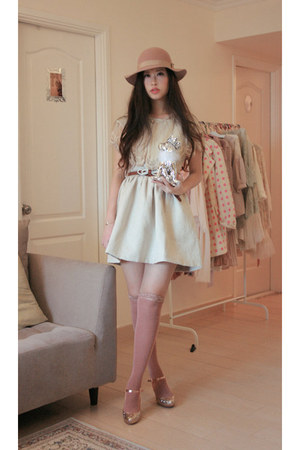 gold kari ang heels - cream Dahlia dress - beige Monki hat