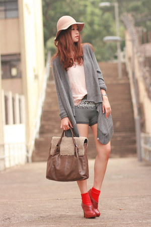 light brown Joy &amp; Peace bag - heather gray Uniqlo shorts