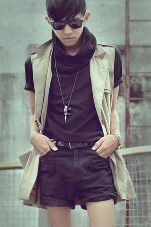beige sleeveless coat coat - black Short Shorts shorts