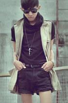 beige sleeveless coat coat - black Short Shorts shorts
