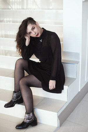 black ankle boots Zara boots - black sheer Urban Outfitters shirt