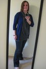 Blue-cardigan-gray-shirt-blue-jeans-gold-shoes