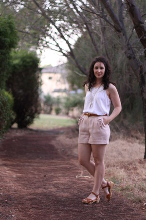 peach Forever New shorts - ivory cotton on top - brown Ruby clogs - brown banana