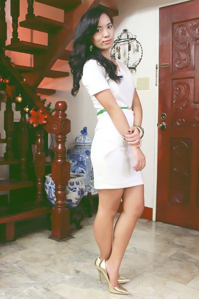 white peplum Custom-made dress - gold pointed Syrup heels