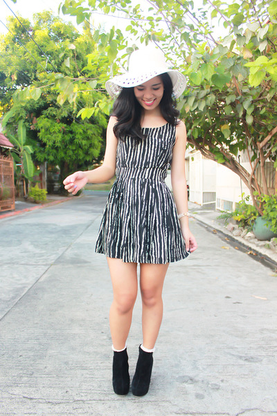 black Chick Flick boots - black Promod dress - white Accessorize hat