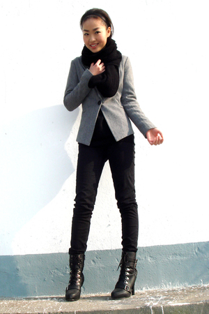 black H&amp;M scarf - silver blazer - American Apparel jeans - shoes