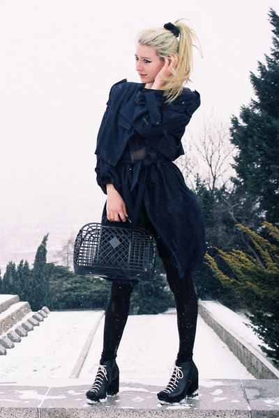 black H&M boots - navy trenchcoat H&M Trend coat - black plastic basket H&M bag