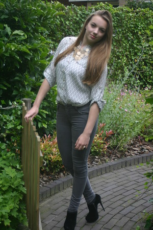 gold ring - heather gray jeans - white blouse - gold necklace - black heels