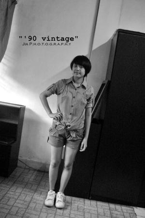 gray jakarta mall t-shirt - sensei pants - viki shoes