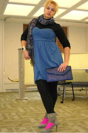 deep purple scarf - blue strapless dress - blue straw clutch bag