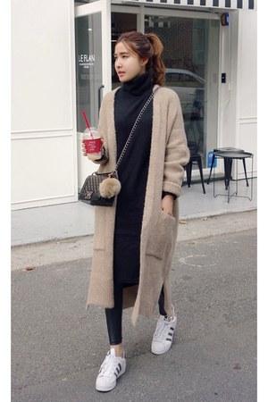 beige MIAMASVIN cardigan - black MIAMASVIN dress - ivory Adidas sneakers