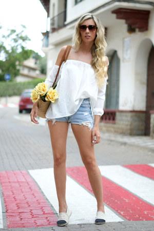 ivory shoes - mustard bag - blue Levis shorts