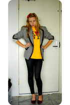 gold vintage t-shirt - black vintage blazer - black leggings - red vintage shoes