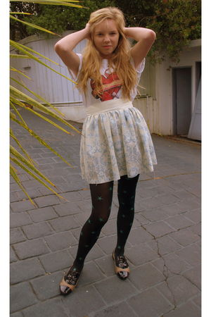 red t-shirt - blue skirt - black tights - beige shoes