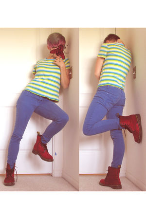 green t-shirt - blue jeans - red doc martens boots - green belt