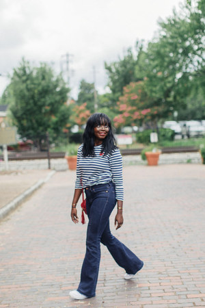 red soho disco Gucci bag - navy madewell jeans - silver aviator glasses
