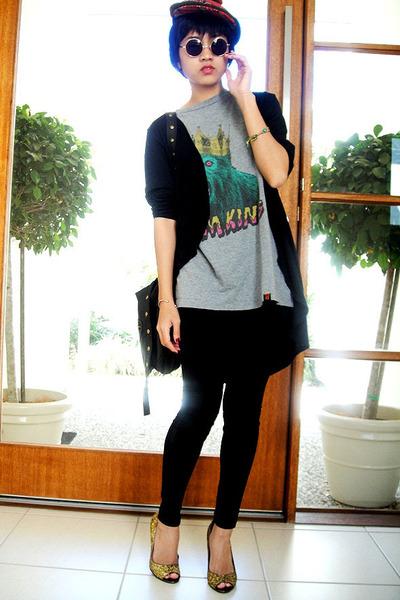 pompom hat - t-shirt - shoes