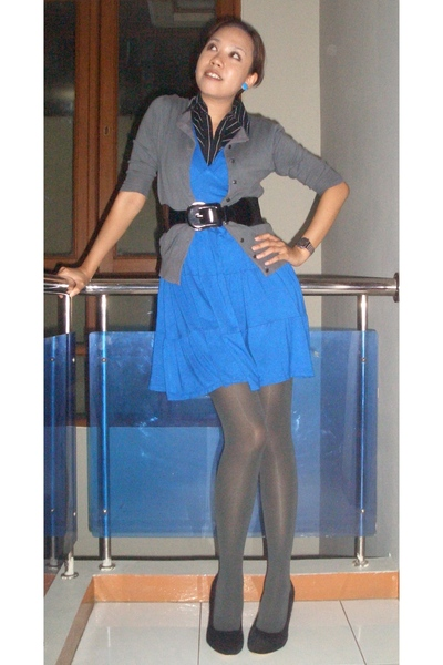 Blue Dresses Gray Cardigans Gray Tights Black Tops Black Belts