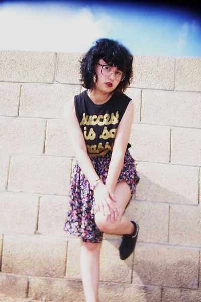 black truly madly deeply shirt - black vintage skirt - black Forever 21 boots -