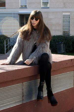 heather gray trendy Zara coat - black cashmere Calzedonia tights - black lenon v