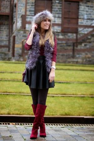 black i62 skirt - crimson Chiefs boots - black MiniTake vest