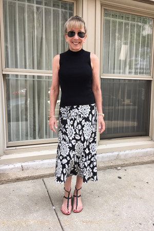 Theory top - Valentino sandals - Theory skirt - Ray Ban glasses