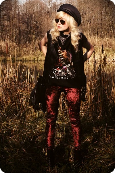 crimson leggings - black vest