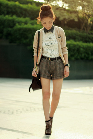 white tinkerbell Uniqlo t-shirt - light brown lace up oxfords shoes - tan blazer