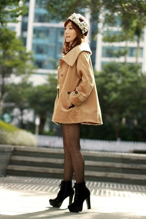 camel cape Choies coat - black suede lace-up boots