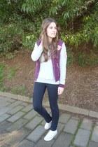 maroon jacket - beige Converse sneakers