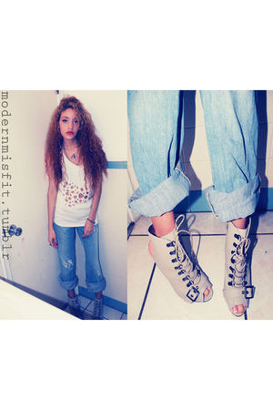 white Hanes t-shirt - blue jeans - gray Forever 21 boots