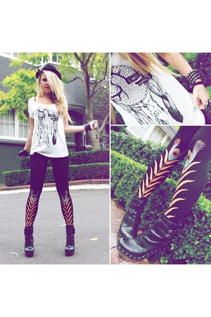 white charm t-shirt Mojomade Azuki t-shirt - black boots betts boots