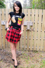 Black-t-shirt-black-belt-red-skirt-black-nine-west-shoes-black