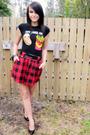 Black-t-shirt-black-belt-red-skirt-black-nine-west-shoes-black