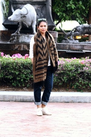 white Robertos shoes - blue Levis TH jeans - brown H&M scarf