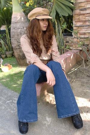 floral print blouse - lace - up boots - flare jeans - beret hat