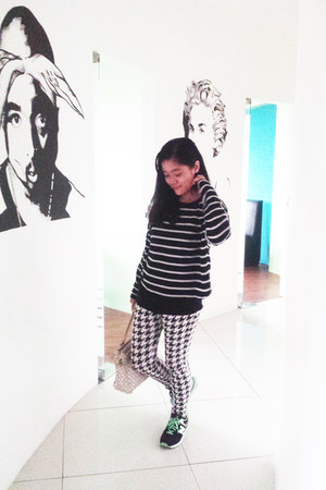 black Happy Mallow sweater - white Oxygen leggings