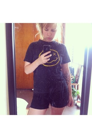 black Las pepas shorts - nirvana vintage t-shirt
