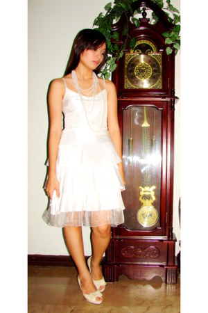 white dress - white pearl earrings - white pearl necklace - pumps