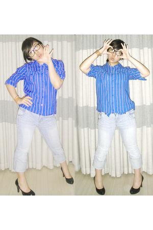 blue top - blue jeans - black shoes - brown bracelet - black glasses