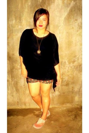 black For Me blouse - black shorts - peach FitFlops sandals